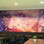Área em que é servido o café da manhã do Van Gogh Hostel