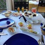 Petit déjeuner fait maison pris en terrasse