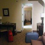 La sala, al entrar, separada del baño y el dormitorio, mediante puerta.