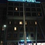 Foto Noturna da Frente do Hotel