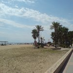 Пляж напротив отеля, ид в сторону Камбрилса