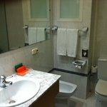 Banheiro completo com banheira.