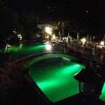 la piscina dell'hotel di sera