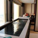窓際の室内プール