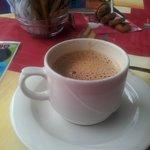 чашка капучино за 1.5 евро.в баре отеля наполняют на 2/3 кружки.