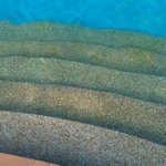 Grönt med alger på trappan ner i barnpoolen och de övriga poolerna