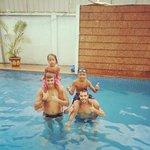 Con Linda y Visa en la piscina