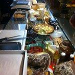 Charcuterie, anti pasti, fromage et plein d'autres bons choses a emporter
