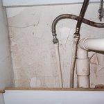 fisure et moisi du placard de la salle de bain