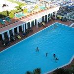 Vista della piscina/solarium dalla terrazza dell'hotel