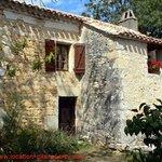 la façade du gite la tuile à loup lot quercy location gite  www.location-gite-quercy.com