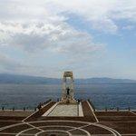la Sicilia sullo sfondo