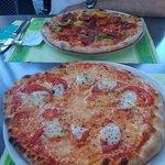 Pizza Caprese und Pizza mit pikanter Salami