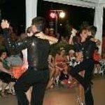 Una esibizione dei ballerini durante una festa periodica in hotel