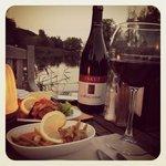 nehir kenarında akşam yemeği