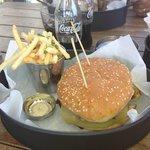 Ox Cheeseburger accompagnato da salsa al tartufo e patatine all'erba cipollina
