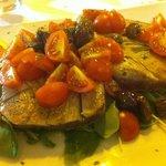 Bistecca di tonno (chiesto appositamente cotto pochissimo) con olive taggiasche e pomodorini