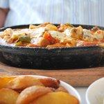 plat de crevettes et fruits de mer passés au four et gratinés