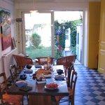 La table du petit-déjeuner avec vue sur le jardin