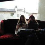 Minha amiga e eu no sofá próximo a mesa de bilhar