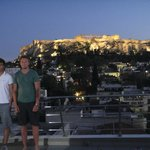 Plaka Hotel: The roof top terrace bar with Andrew and David