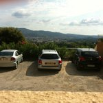 vue panoramique sur le parking depuis la chambre