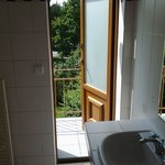 выход на балкон прямо из ванной комнаты