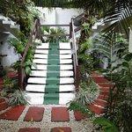 Zugang  zu den  Zimmern und Gebäuden
