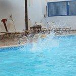 Un coin de la piscine : transats, eau très propre et sécurité, tout y est.