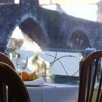 A ponte dende unha mesa do restaurante