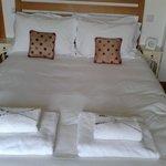 mooi bed, zachte matras en goed kussen, versgeplukte lavendelbloempjes op de zachte handdoeken