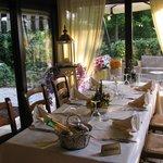 Detalhe da mesa e do jardim externo.