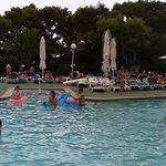 una panorámica de la piscina y los chorros