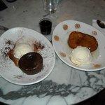 Volcàn de chocolate con helado de vainilla y Torrija con helado de vainilla