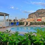 Espace piscine & jacuzzi, vue sur la ville de Cefalu