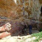 Songho est reconnu pour ses peintures rupestres. Ici le lieu sacré de circoncision des garçons