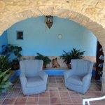 Offne Lounge neben Eingang Haupthaus