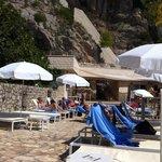 Le solarium privée de l'hôtel à coté de la plage publique