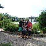 la mia famiglia davanti alla piscina