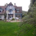 La maison, vue du jardin, par temps maussade