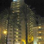 Vista nocturna del hotel.