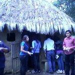 una cabaña hecha de materiales que utilizaban los lacandones y con las famosas cruz(es)
