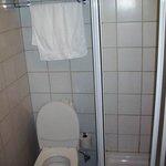 Toilette und Ablage