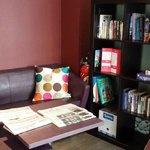 Le salon, journaux, livres & jeux