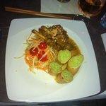 Lamm auf zitronengrass mit grünenreis und papaya salat