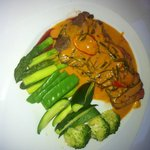 Rindfleisch mit gemüse in currysauce