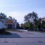 foto desde la estacion de tren, frente al super y a lo lejos se ve el hotel (rayas coloradas)