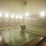 源泉かけ流しの大浴場。熱湯、ぬる湯、サウナ、水風呂があり、シャワーや上がり湯まで全て温泉というのが珍しくて嬉しい。