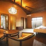 露天風呂付客室の1つ。バリ風の落ち着いた雰囲気が良い。