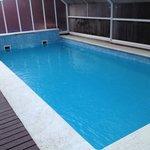 Sólo hay una piscina de adultos y es pequeña
